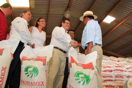 Entrega gobierno del estado apoyo a mil 200 campesinos