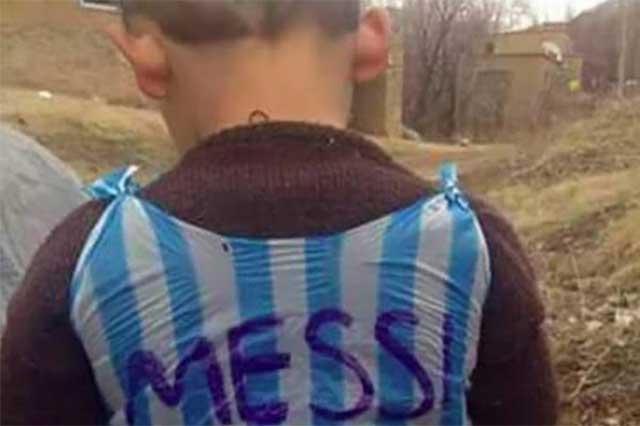 Hallan al pequeño que conmovió con su playera de plástico de Messi