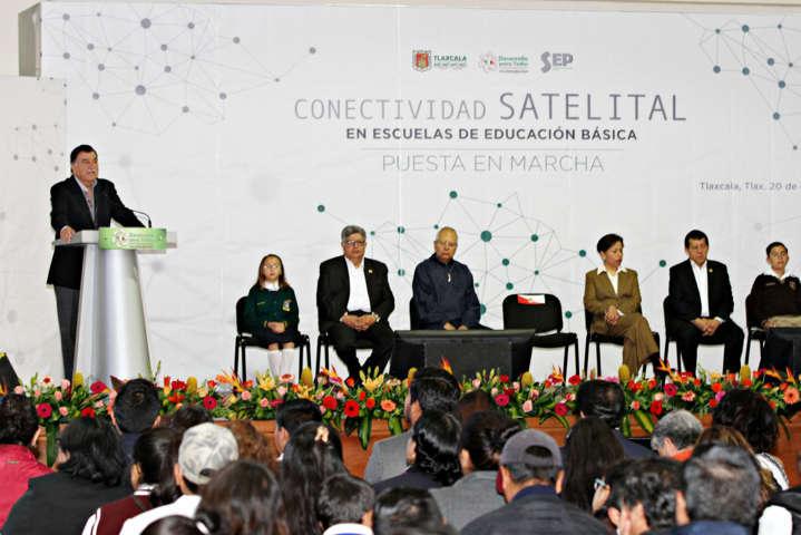 Ponen en marcha servicio satelital de internet a aulas de medios