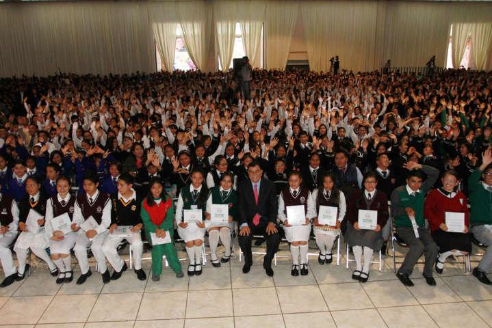 Entregan Manchi tabletas a alumnos de secundaria y educación media superior