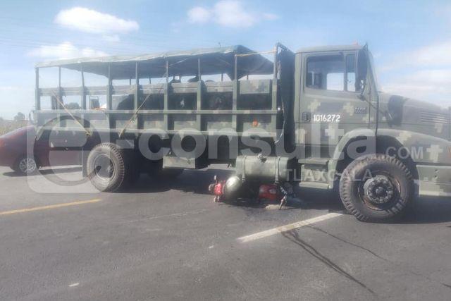 Motociclista choca contra camioneta militar, no hubo pérdidas humanas