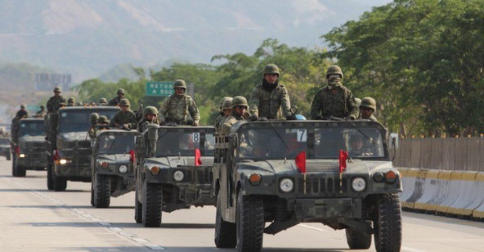 A pedradas corren a convoy militar en Huactzinco