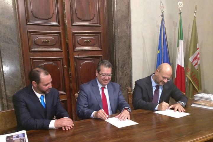 Firman Marco Mena y Gobierno de Umbría carta de colaboración