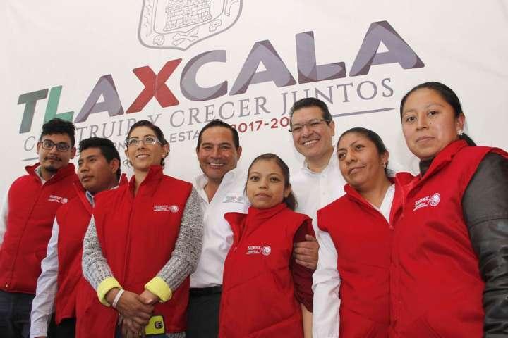 Entregan Luis Miranda y Marco Mena certificados Prospera a tlaxcaltecas