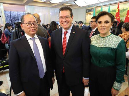 Mena asiste a aniversario de fundación de la República Popular China