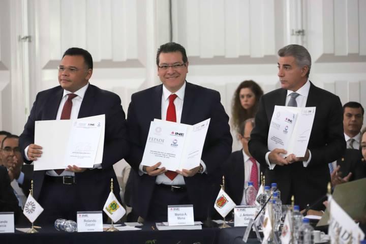 Firma Marco Mena convenio por la Democracia y Legalidad 2018