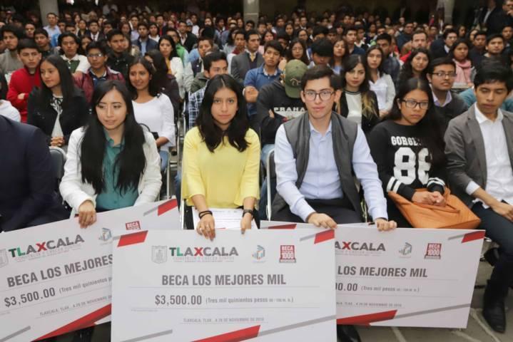 Entrega Marco Mena beca a los mejores mil estudiantes de Tlaxcala