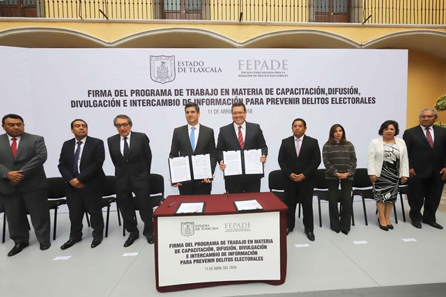 Firman Marco Mena y titular de la Fepade convenio