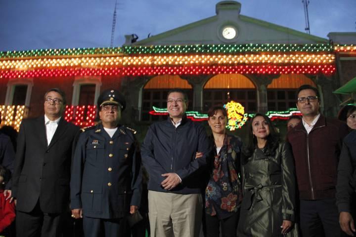 Encienden iluminación de Fiestas Patrias en Palacio de Gobierno
