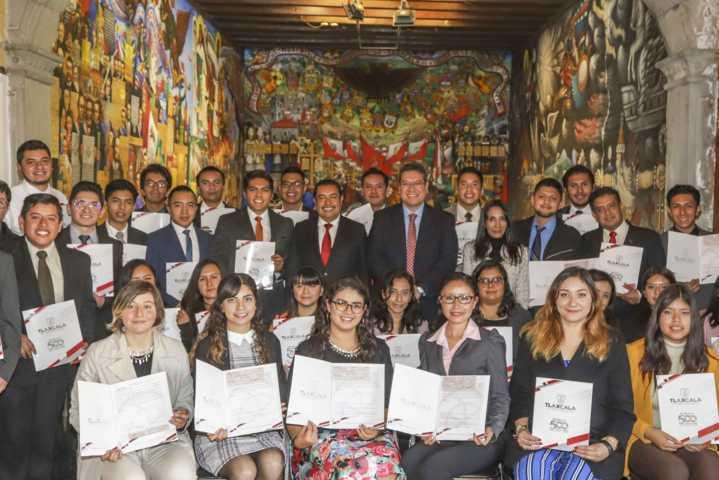 Marco Mena se reúne con becados que viajarán a Universidad de Chicago