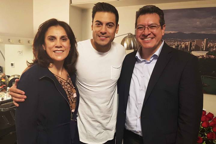 Marco Mena felicita a Carlos Rivera por conciertos en Auditorio Nacional