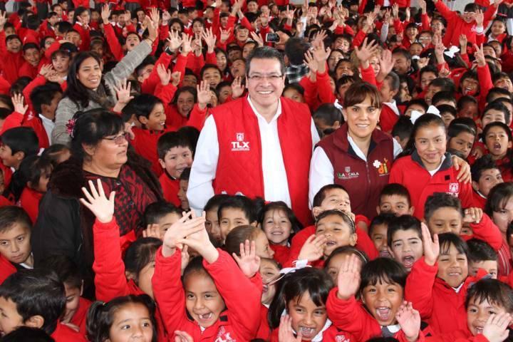 Entrega Marco Mena 253 mil chamarras a estudiantes de Tlaxcala