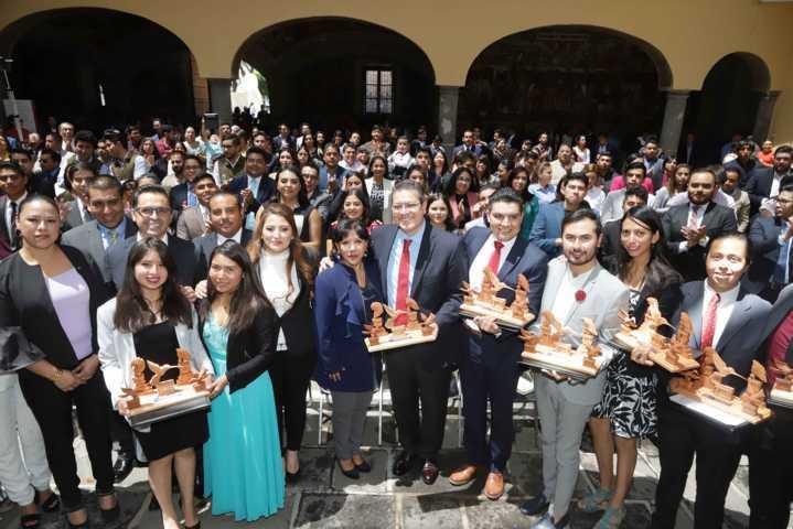 Marco Mena entrega Premio Estatal de la Juventud 2019