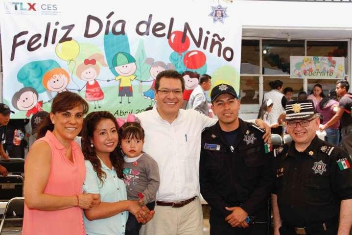 Celebra Marco Mena el dia del niño con hijos de policías
