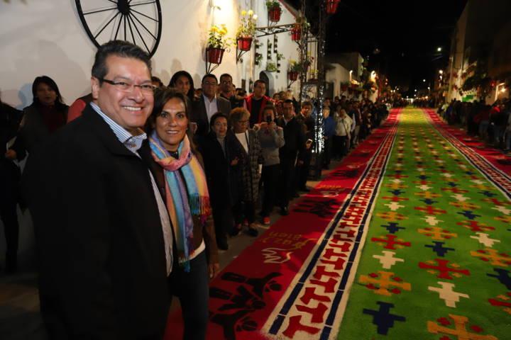 """Recorre Marco Mena tapetes de la """"Noche Que Nadie Duerme"""" en Huamantla"""