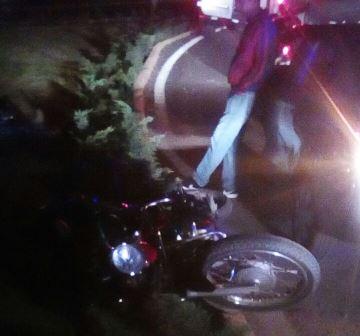 Manejaba borracho su moto y terminó con el rostro en el pavimento