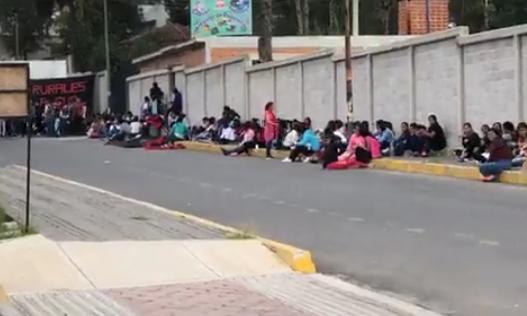 Normalistas de Panotla dejan atrapados a burócratas de la SEP