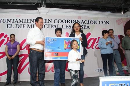 Alcalde celebra a las mamás con regalos y pastel