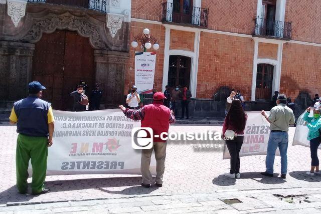 Veintena de marchistas piden empleo frente a palacio de gobierno