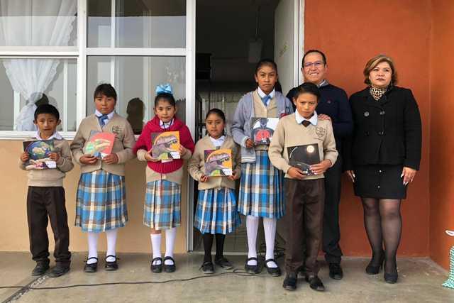 Entrega Chema Méndez Libros a niños del Distrito X