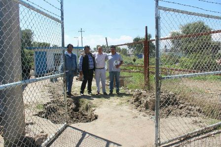 Alcalde entrega barda perimetral y una malla ciclónica en Tepactepec