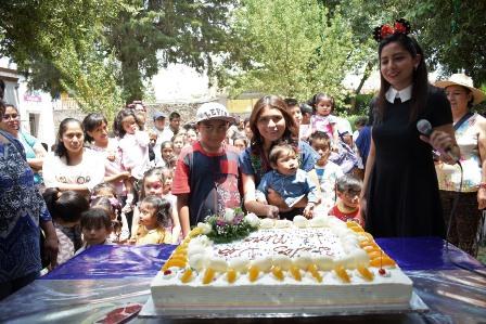 Con Regalos y juegos, sorprenden a niños de Zacatelco
