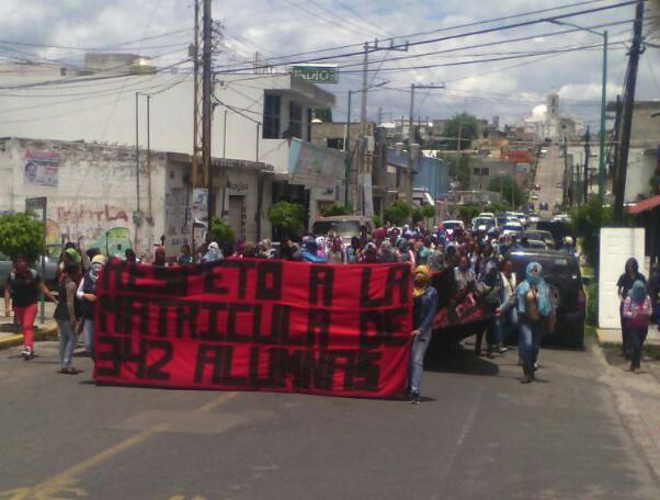 Niegan normalistas secuestro de autobuses; nuevamente marchan