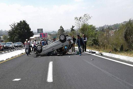 Tras volcar su automóvil, conductora sale disparada de la unidad