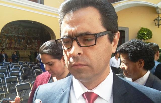 El gran negocio de las cuotas escolares, Manuel Camacho solapa
