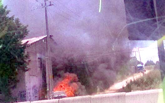 Dos vehículos dañados y un edificio derribado por disputa en Huamantla