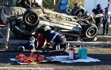 """Auto da """"volteretas"""" y deja un muerto en la autopista Tlaxcala-Texmelucan"""
