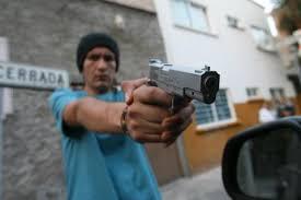 """Le dan vuelta a """"cumbiero""""; lo amagan con armas de fuego"""