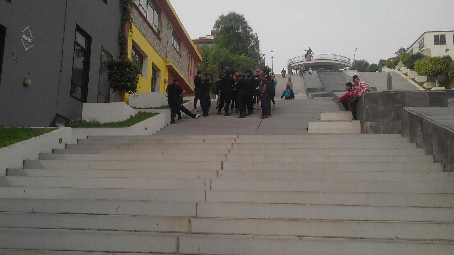 Menor de edad roba celular en las escalinatas de la capital