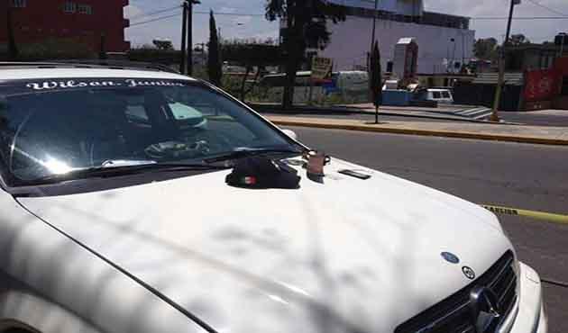 Supuesto policía con machete y charola agredía a ciudadano