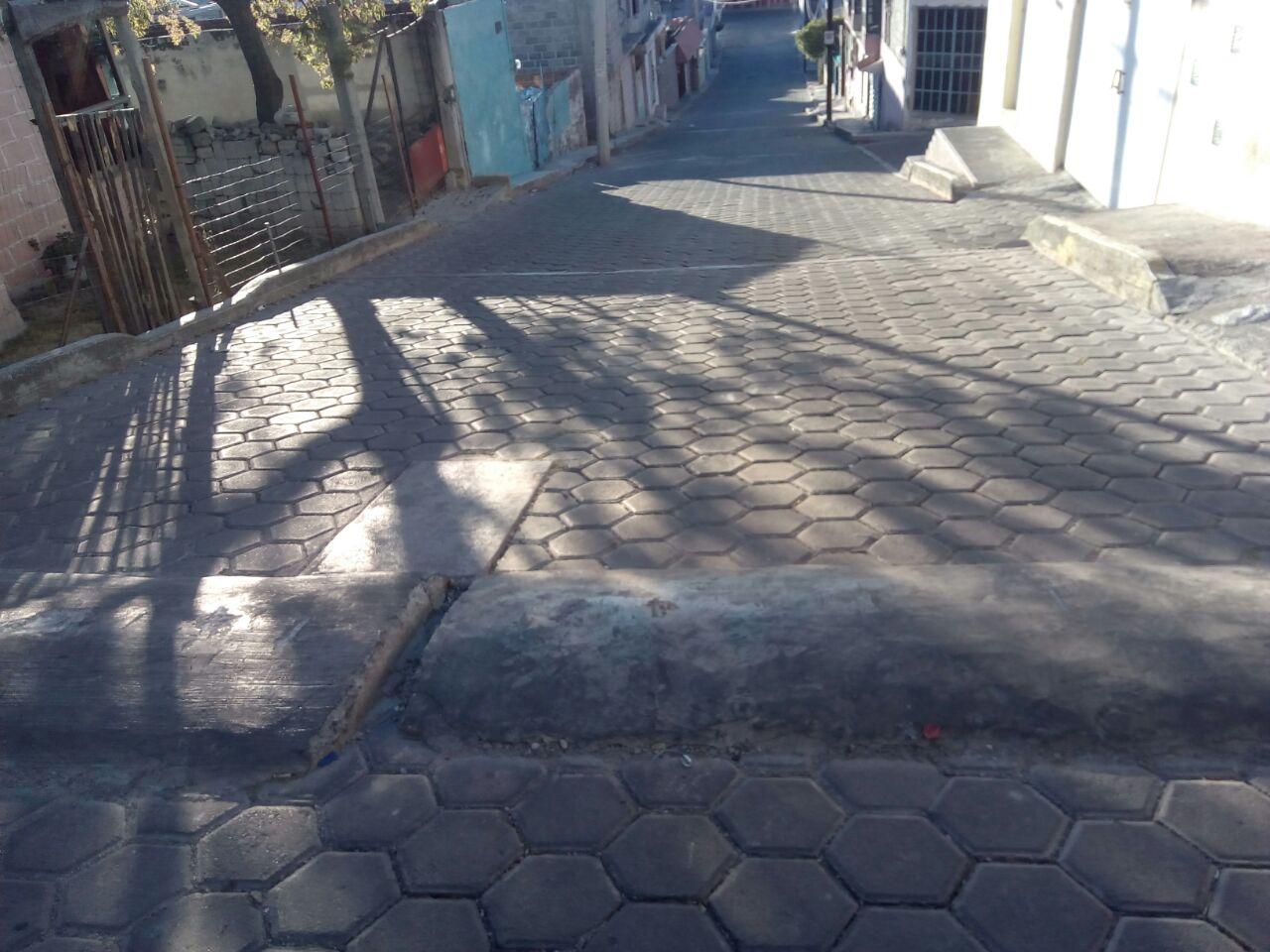 Pobladores piden que rectifiquen tope que parece barda en Totolac