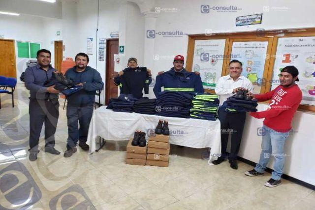 Entregan en Tetla dotación de uniformes a trabajadores de recolección de basura