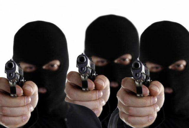 Armados y encapuchados roban retroexcavadora en Calpulalpan