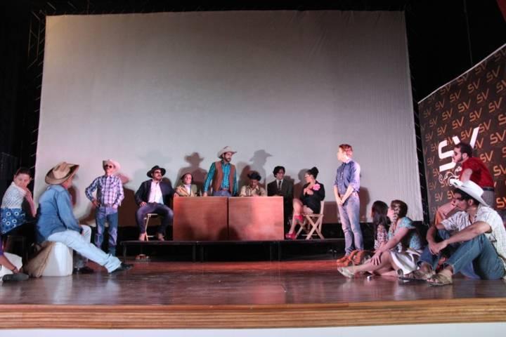 Concientizan a jóvenes sobre la problemática que vive el campo con obra de teatro