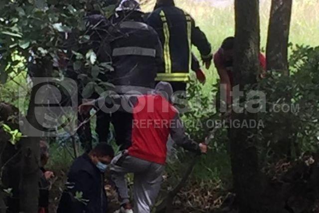 Autoridades de Papalotla y rescatistas sacan a hombre que cayó a barranca