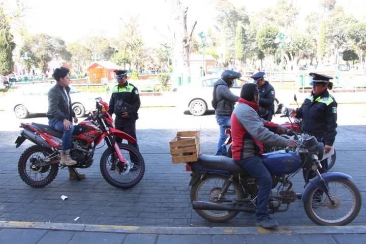 Ayuntamiento fomenta la cultura en motociclistas de usar el casco protector