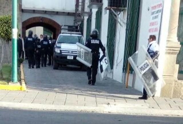 Desaloja Tomás Orea con granaderos a empleados de Zacatelco