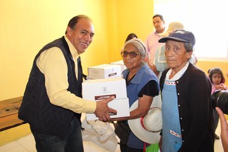 Alcalde y SMDIF entregan despensa a grupos vulnerables
