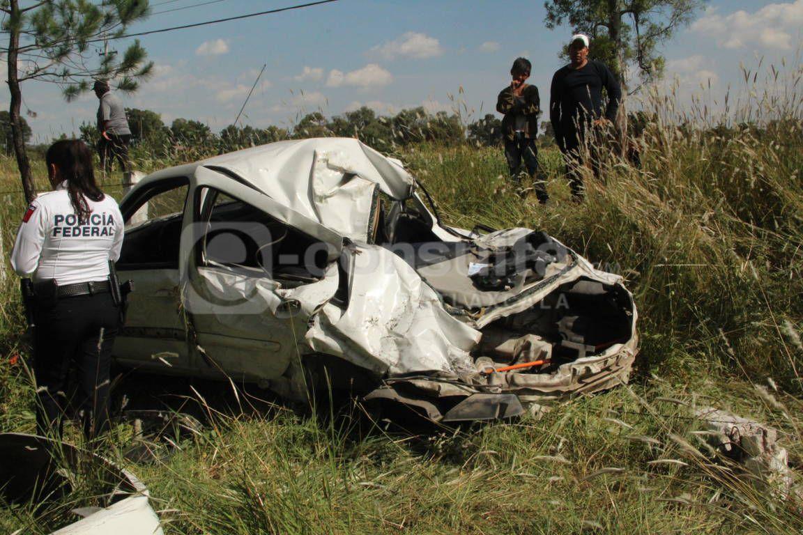 Vehículo queda destrozado en accidente y mujer salva su vida en Ixtacuixtla