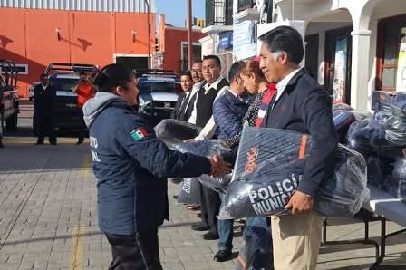 Alcalde de Papalotla equipa con uniformes a policías municipales