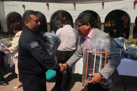 Alcalde mejora imagen de 35 policías entregándoles uniformes