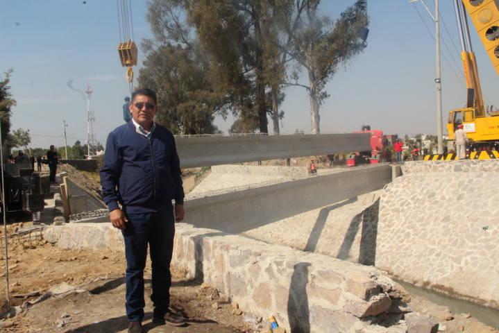 Valencia Muñoz supervisa avance de obra del puente Briones