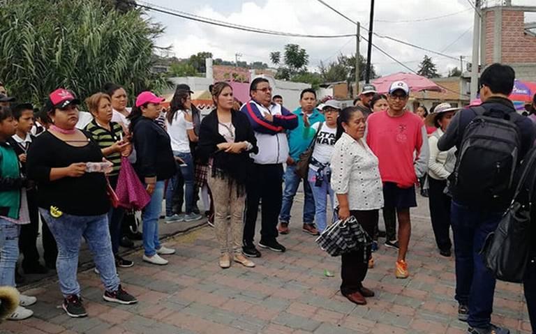 Acusan padres de familia a directora de transa en Teacalco