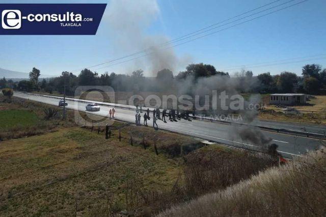 Revienta conflicto por falta de obra en Panotla, pobladores cierran autopista