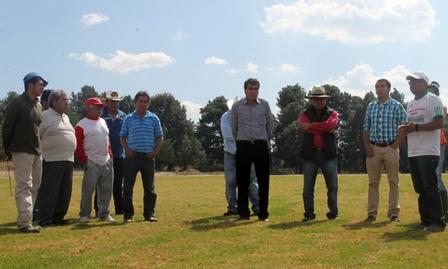 Entrega Israel Muñoz campos de béisbol y futbol