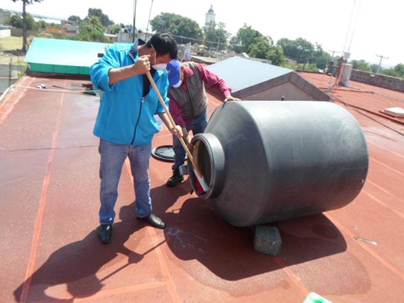 Ayuntamiento desinfecta tinacos y cisternas para prevenir enfermedades